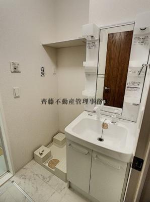 大きな鏡が見やすい洗面所。洗濯機置き場や棚もあります。