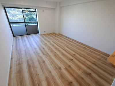 13.6帖のリビングは南向きバルコニーに面しており日当たり・風通し◎ ダイニングテーブルやソファー、ローテーブルなどの家具もしっかりと配置できます。