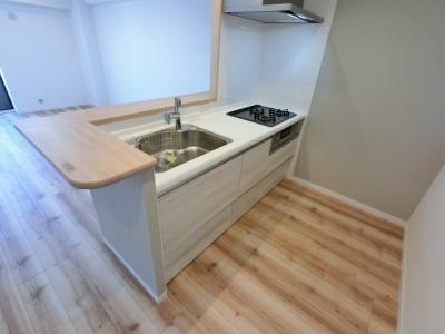 3口ガスコンロのシステムキッチンです。 調理をしながら会話が弾む対面キッチン採用♪