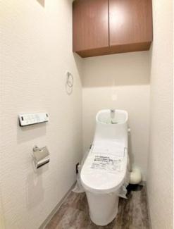 上部には収納を設け、温水洗浄便座・リモコン付き仕様です。スタイリッシュな見た目のトイレを新規設置しています。
