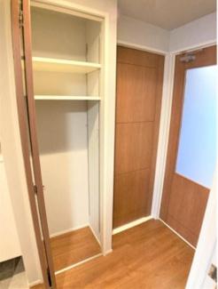 廊下部分に収納が設けられています。備蓄品等の保管にも便利ですよ。
