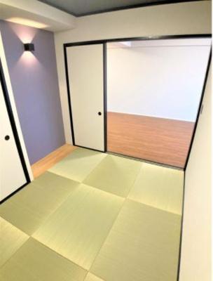 琉球畳仕様の和室があります。リビングの隣に和のくつろぎと琉球畳でスタイリッシュな見た目!