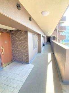 共用廊下を撮影しました。ゆったりとした幅が確保されたつくりです。