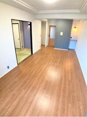 お部屋を明るく、やさしい雰囲気に演出する暖色系のワイドフローリング仕上げ。