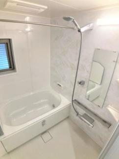 お風呂には窓があり、換気性に優れています。浴室暖房乾燥機付きで花粉・梅雨の時期のお洗濯に便利な機能です。