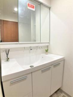 シャワー水栓、収納付き三面鏡仕様の洗面化粧台です。