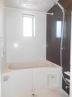浴室に窓があり、換気もできます。
