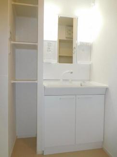 シャワー付き洗面台。脱衣所には収納棚があります。