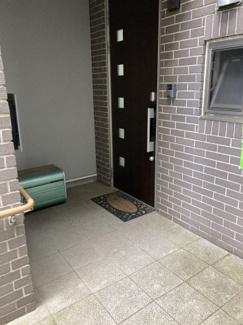 玄関ポーチ 一時的に荷物やベビーカーを置いたり、雨天時には傘の雨粒を落としたりするスペースとして活躍します。玄関の扉を開けてすぐ外ではないので、目隠しの要素や子供の飛び出し防止にもなります。