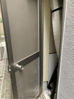 玄関ポーチ横には物置があります。普段使わない物で季節感のある物を収納するのに便利です。また各居室にはWICがあるので収納がとても多いのも物件です。