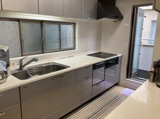 キッチンカウンターは上下共に収納が付いているのでキッチン周りをスッキリ見せられます。また、キッチン横には一時的にゴミを置いたりできるサービスバルコニーもあります。