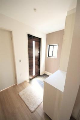 シックな色合いのドアと壁紙。落ち着いた雰囲気をもたらしてくれます。