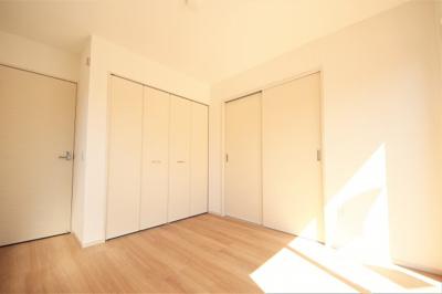 リビング横の洋室。こちらのお家は居室がすべて洋室です。