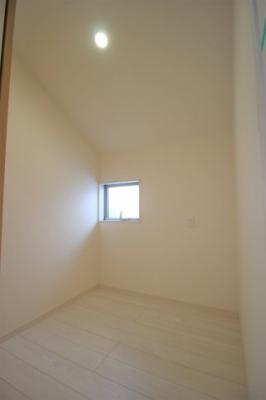 1階へ続く階段です! 窓も大きく暖かな光が差し込みます♪