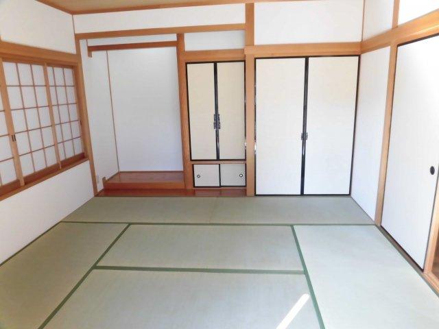 玄関から入ってすぐの和室は床の間もある本格派。 くつろぎのスペースとしても、客間としても活躍しそう