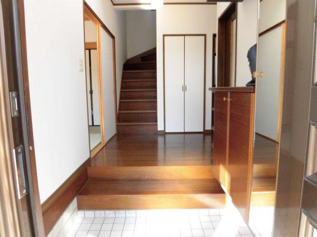 玄関には収能力の高いシューズボックスと姿見までセットされています♪