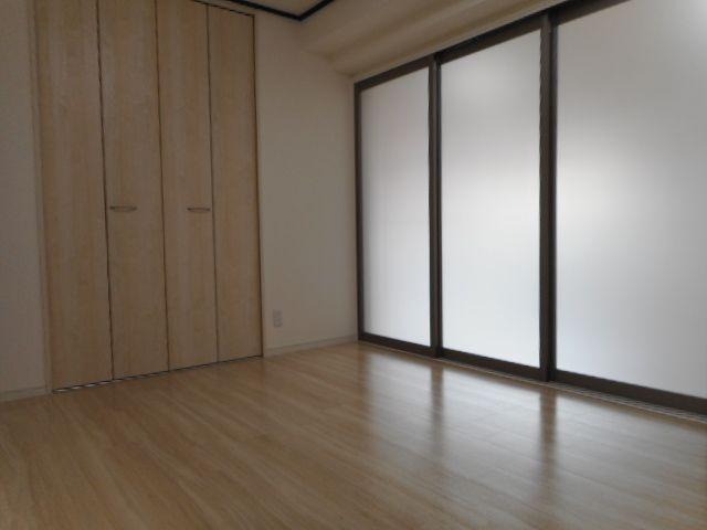 6帖の洋室。リビングと引き戸でフラットにつながっているので、開け放した時に空間のじゃまをしません♪