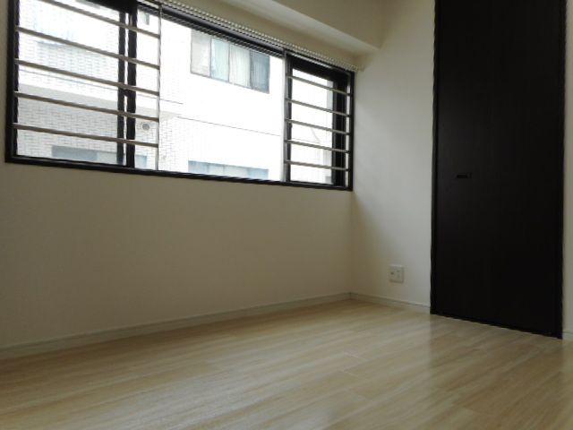 5帖の洋室。収納スペースがしっかりあるので、部屋を広々と使えてストレスなく過ごせます