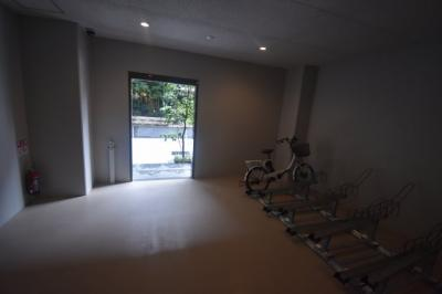 駐輪場完備 月額3300円 駐車場2台 月額5万 小型車4万