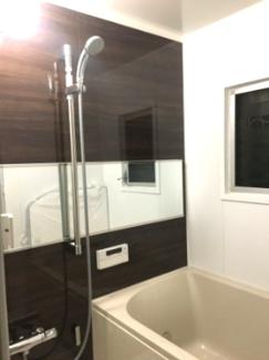 追い焚き機能付きの浴室 窓がついています。 給湯器は新規で交換しています。