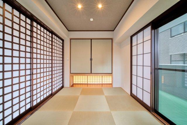 縁のない琉球畳タイプで、洋風のインテリアにもしっくりなじみます。 襖は目の細かい障子がスタイリッシュに映えます。