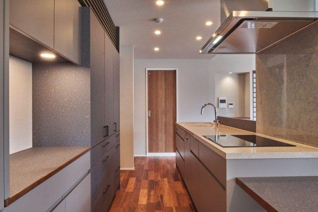 キッチン背面には収納家具を備えつけて、キッチン家電を置くスペースを確保
