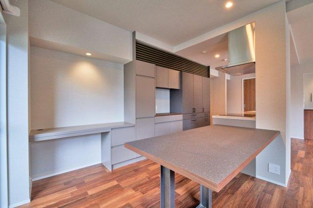 キッチン横にダイニングテーブル&書斎スペースを設置。 お食事はもちろん、お子様のリビング学習にもピッタリです♪