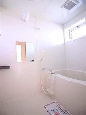 お風呂も窓があって換気がしやすいです!
