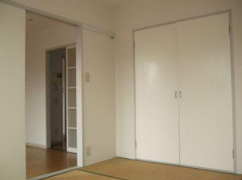 収納スペースのある和室です。