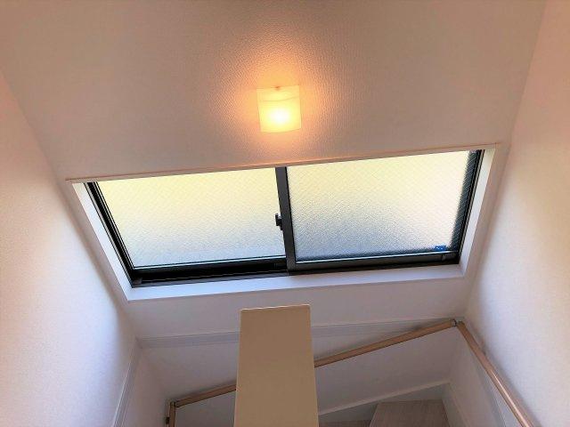 階段にも大きな窓があり明るいです。