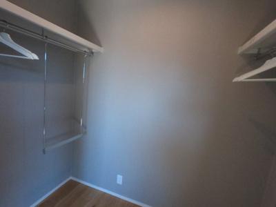 主寝室【約6.9帖】はバルコニーが面しており日当たり、風通りが良いですよ。【ウォークインクローゼット】が確保されています。収納がたくさんあると、お部屋がすっきり片付きますね。