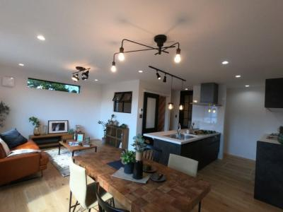 LDKには床暖房完備。足元から温まることができます。ゆとりのある広さが魅力的で、自然とご家族の集まる憩いの空間となりそうです。
