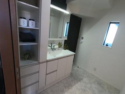 洗面台にも豊富な収納スペースがあります。窓があり自然換気できるのも嬉しいですね。