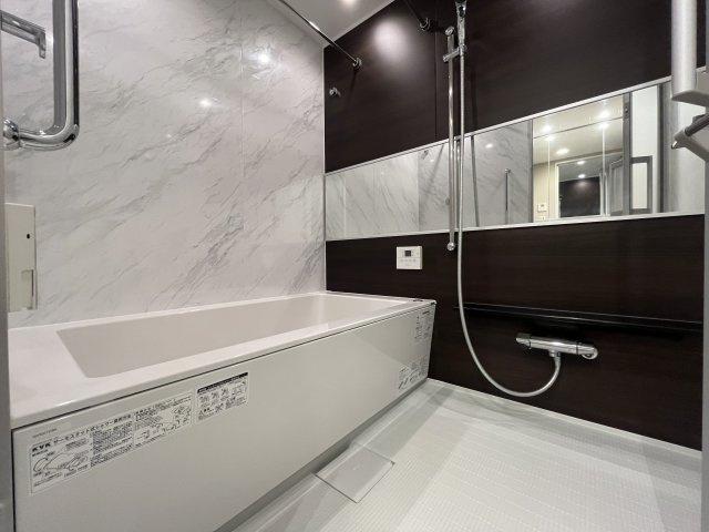 ◇Bath room◇清潔感のあふれるスタイリッシュなバスルームは一日の疲れを癒してくれます。ヒートショックの抑制や湯冷め対策にもうってつけな暖房機能付です。【現地(2021年10月)撮影】