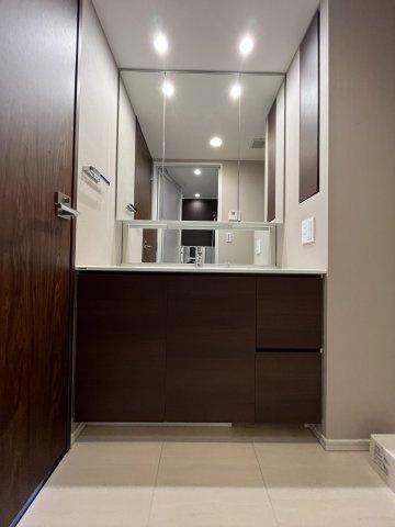 ◇Powder room◇大きな洗面台でゆったりと身支度ができます。朝の慌ただしい時間でもホテルライクな余裕のスペースを快適にお使いいただけます。【現地(2021年10月)撮影】