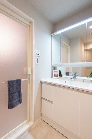 東急ドエルアルス石川台:三面鏡が付いた明るく清潔感のある洗面化粧台です!