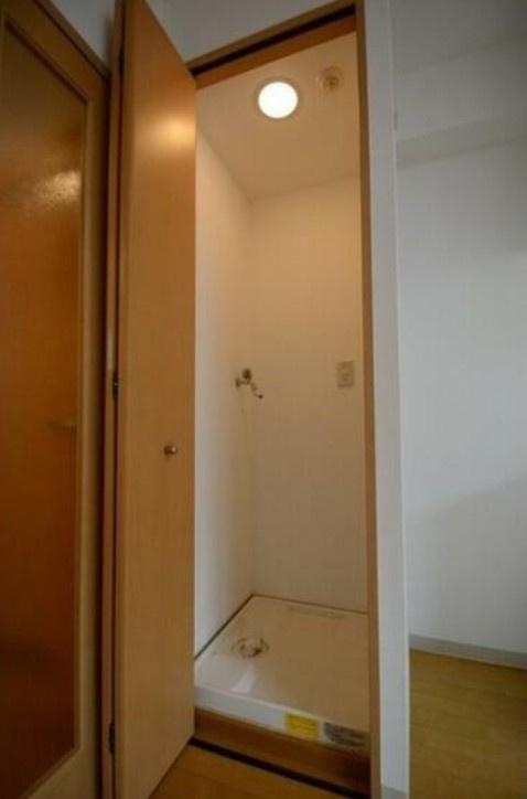 リビングにある洗濯機置き場。扉があるのでお部屋もすっきり♪