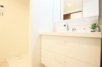広い洗面化粧台でゆっくり朝の身支度ができます♪ぜひ現地でご確認ください!