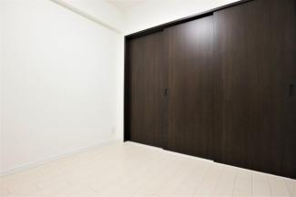 洋室4.5帖です♪リビングに隣接した居室です!建具をオープンにしていただくとリビングからの広がる空間を確保できます!