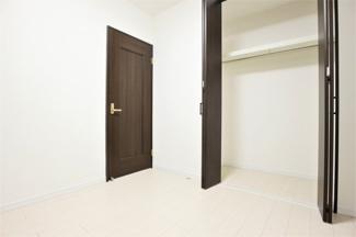 洋室5帖のクローゼットです♪各居室には収納スペースが設けられており、室内を有効に使用していただけます(^^)