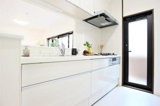 新品のシステムキッチンです♪白色を基調とした洗練されたキッチンです(^^)キッチン横の勝手口からバルコニーへ出れます!家事動線の良い間取りです♪