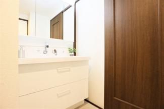 新品の洗面化粧台です♪シャワー水栓で使い勝手もいいです!鏡は三面鏡です!鏡の後ろは小物収納になっております(^^)