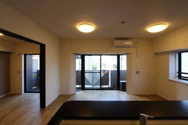 LDK横にはリビングと一体利用もしやすい5.5帖の洋室があります。リビングとの仕切りを開放すると19.4帖の広々とした空間に。