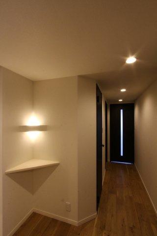 玄関から入ると天井に埋め込むタイプのダウンライトがお洒落な印象の空間。また、ダウンライトはほこりが溜まりにくいため、天井掃除の手間が省けるためメンテナンスも楽ですよ。