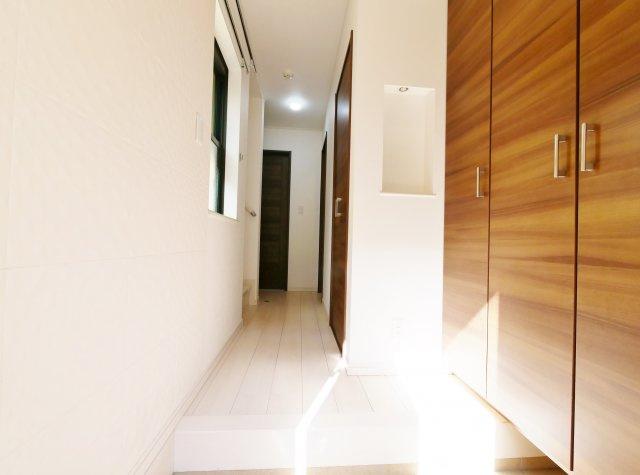 玄関には吸湿・消臭機能に優れ、デザイン性も兼ね備えたエコカラットを施工いたしました