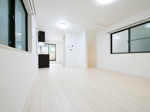 LDKは4面開口で明るくご家族皆様でお寛ぎいただける空間 足元から暖かい床暖房も完備しております 全室クロスを張替しておりお部屋も新たに生まれ変わりました