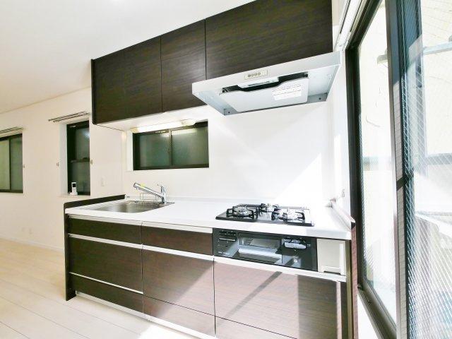 南バルコニーに面したキッチンスペース 調理スペースが広くお料理しやすい仕様になっています♪ シンクも大きめなので洗い物もスムーズです (浄水器内蔵シャワー水栓交換)