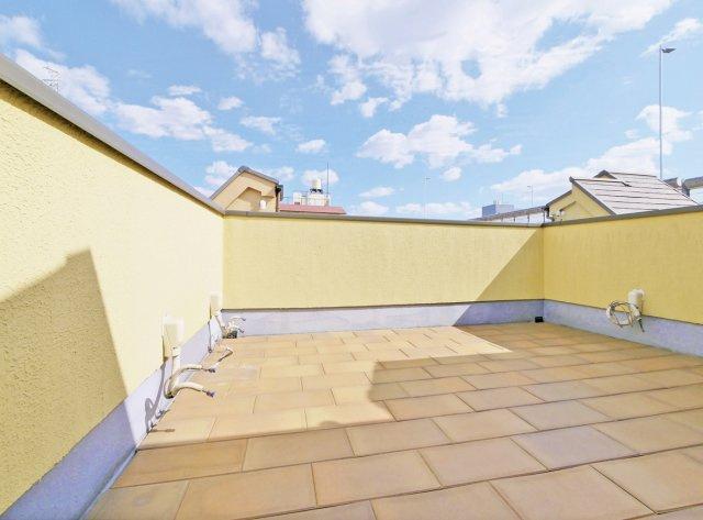 【広々7.0帖のルーフバルコニー付邸宅】 休日には空が広がる屋上リビングでプライベート空間を満喫いただけます