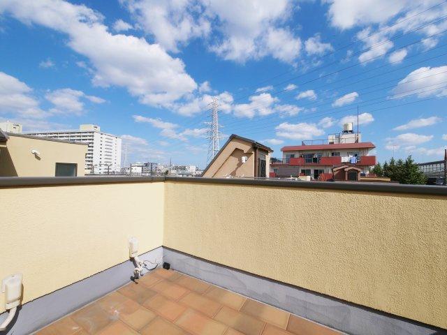 多目的にお使いいただけるルーフバルコニーは見晴らしも良好 青い空が気持ちよく開放的