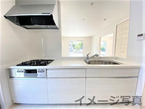 カウンター付対面キッチン。引出型収納。大きめシンクで使い勝手良。耐久性や清掃性に優れた人大カウンター